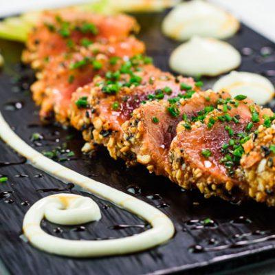 Tataki de atún rojo con aceite de sésamo