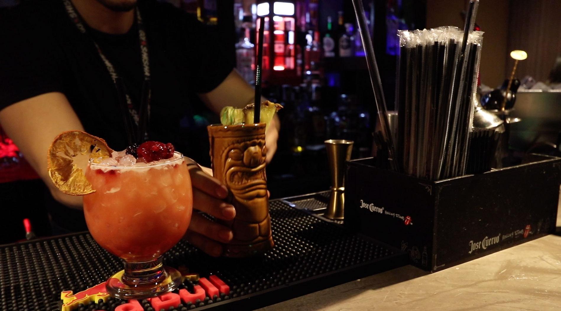 Barra con cócteles bar El Eslabón en Móstoles